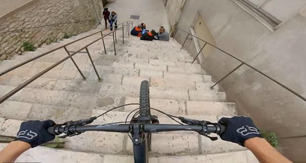 法国一自行车手骑车冲下台阶险些撞上多名学生
