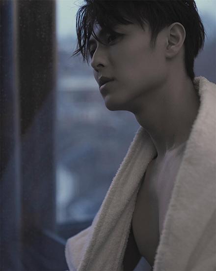 王子邱胜翊公开浴袍写真 浑身散发着荷尔蒙气息
