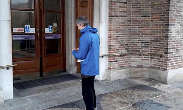 气候变化抗议者欲将自己粘在议会门上未果
