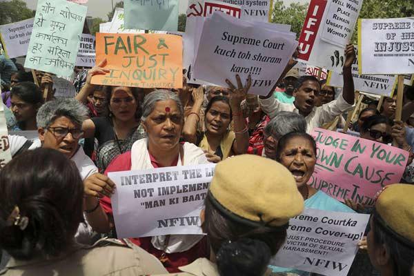 印度女子指控首席大法官性骚扰被驳回 示威者愤怒抗议