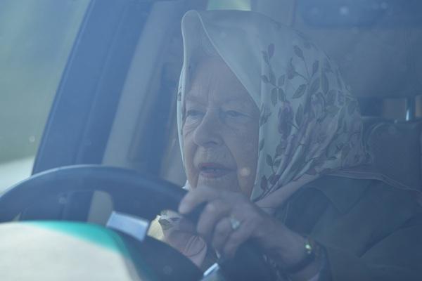 """无证驾驶""""老司机""""再上线!英国女王霸气开车观看马展"""