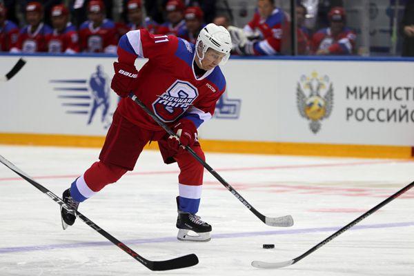 普京参加夜间冰球联盟友谊赛对战政商界精英 1人独进10球