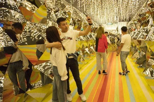 """哈尔滨一网红拍照地吸引游客体验""""视觉迷宫"""""""