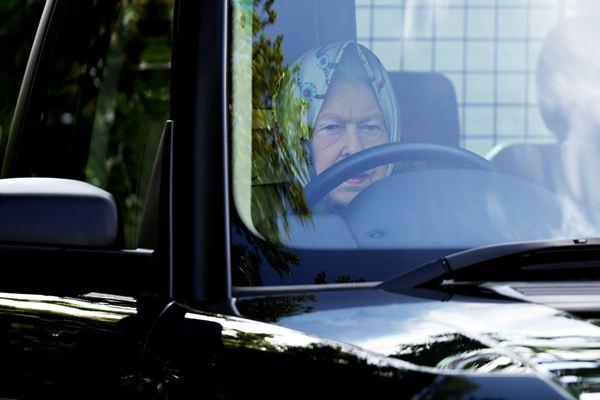 老司机!英国93岁女王自驾出席温莎马展