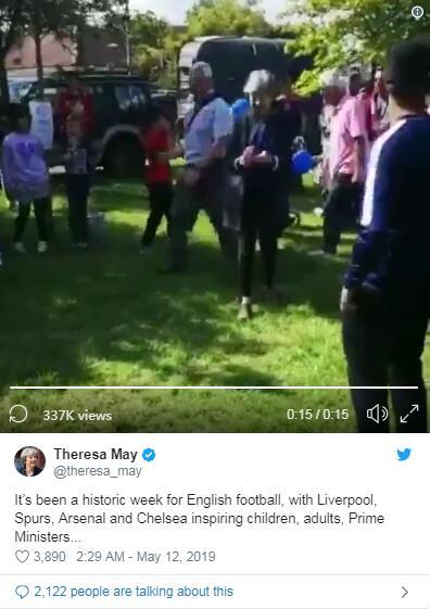 特雷莎·梅踢球庆祝英超四队包揽欧冠欧联杯决赛