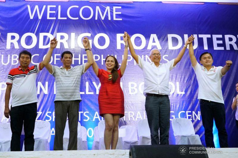 菲律宾总统杜特尔特当众问女市长:你能和我一起私奔吗?