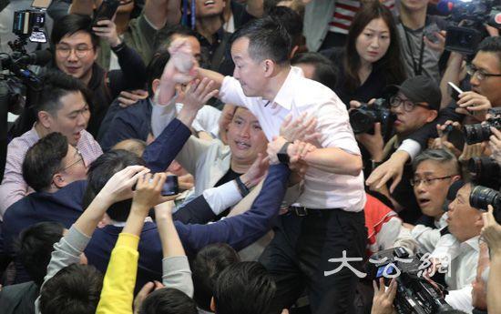 阻挠《逃犯条例》修订还打伤议员 香港反对派遭市民抗议