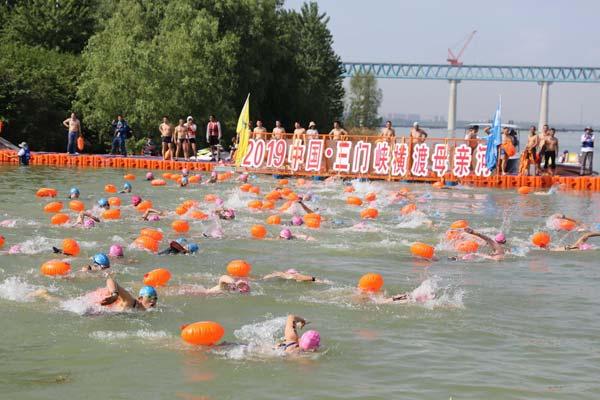 河南三门峡:5000名泳士横渡黄河 场面震撼