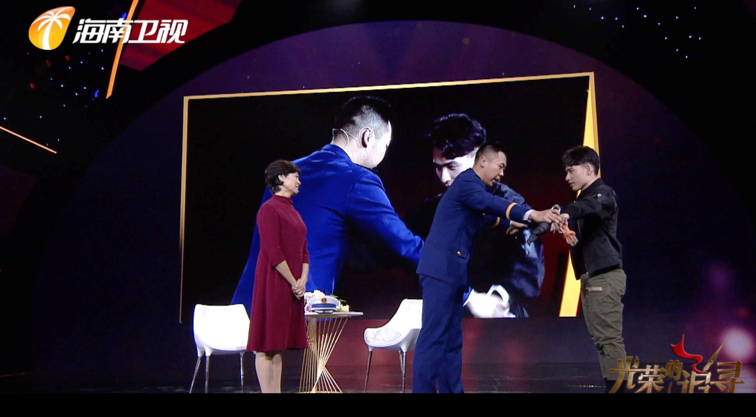 《光荣的追寻》敬一丹对话胡杨 三代消防故事感动全场