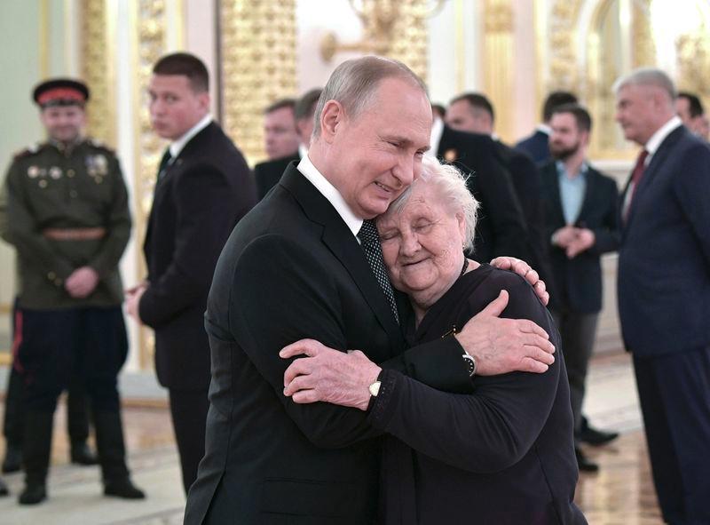 普京一眼认出人群中这个人 走上前拥抱她(动图)
