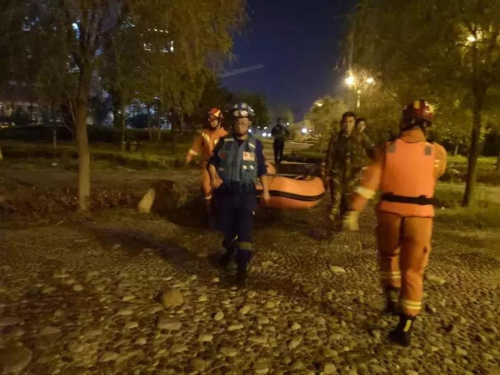 滕州一男子跳桥 救援队经过1个小时救援成功将其救出
