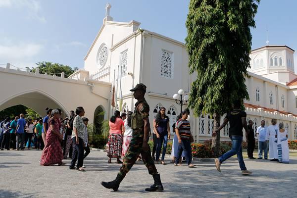 斯里兰卡天主教信徒做弥散 士兵在教堂安保