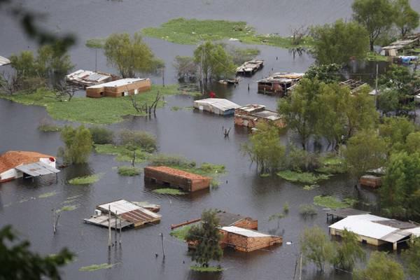 巴拉圭首都连日降雨致水位暴涨 大面积民房浸泡水中