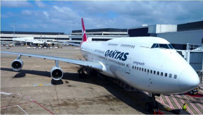 澳航一波音747客机因引擎故障备降 机上乘客听到一声巨响
