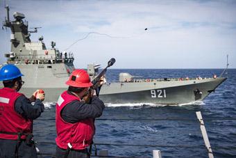 """地中海上美國大兵朝一艘中國造軍艦""""放槍"""""""