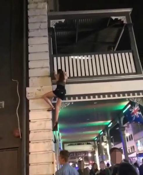 澳一女子公然违反禁令深夜徒手攀爬外墙进夜店