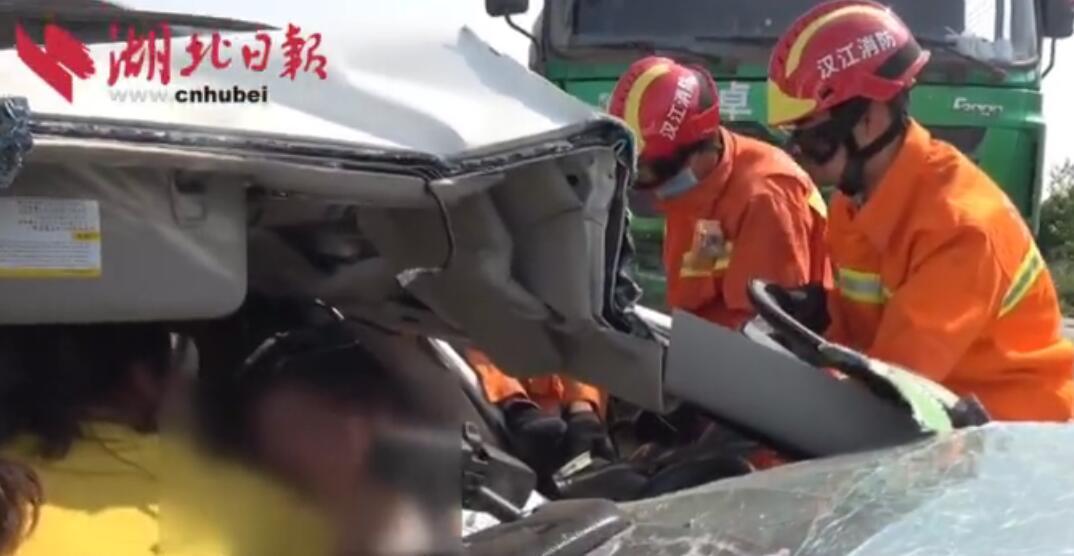 湖北一小轿车与大货车相撞 被困孕妇成功获救