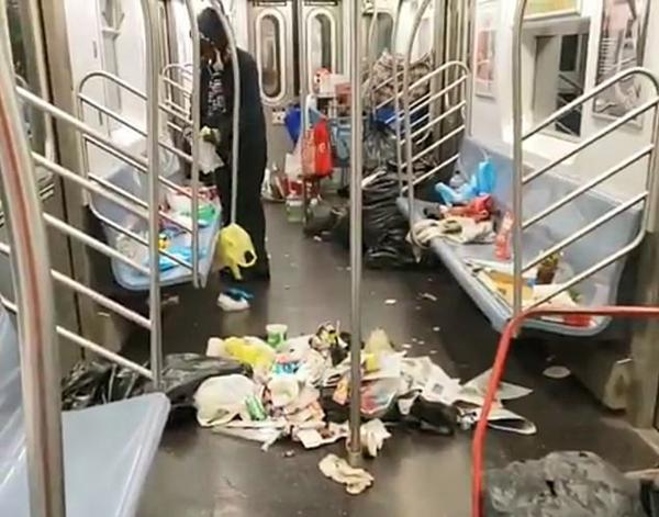 太恶心!纽约一地铁垃圾遍布 乘客无处落脚