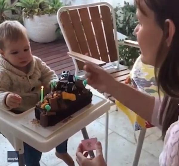 澳1岁男婴过生日差点吞掉蛋糕上燃烧的蜡烛