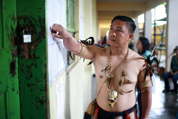 菲律宾土著人参加选举投票 脖挂辟邪项链瞩目