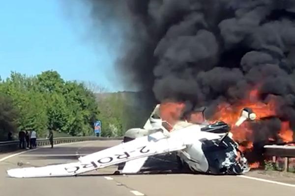 英国一飞机坠地起火 路人砸碎窗玻璃救出3人