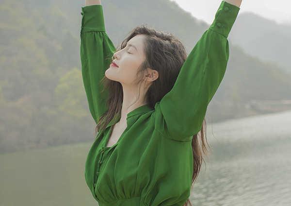 何穗绿色长裙显清冷气质