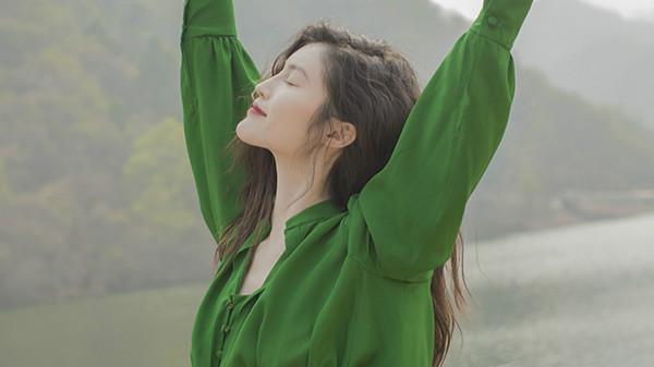 何穗晒出游照 绿色长裙显清冷气质