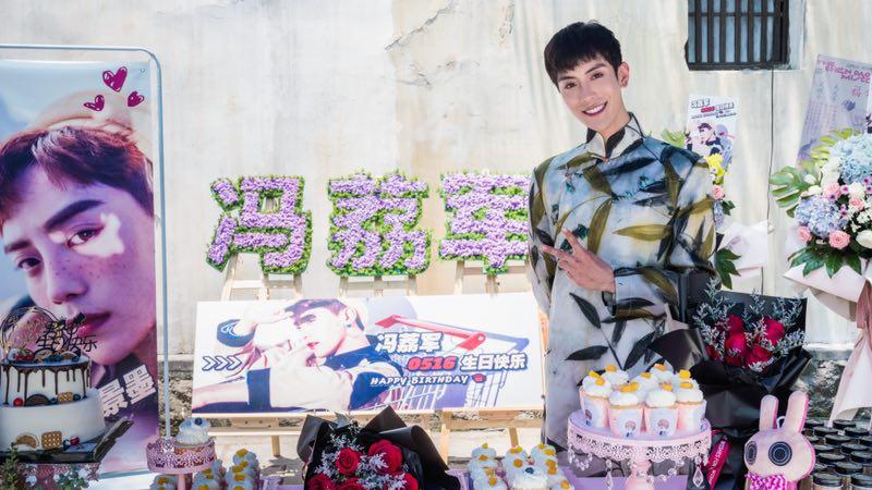 冯荔军《水墨人生》剧组庆生 携吕小雨上演民国绝恋