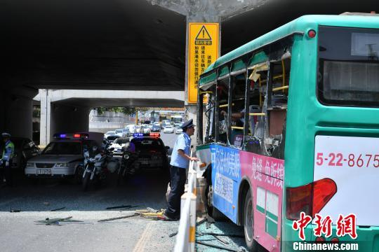 昆明市区一公交车与桥墩相撞 受伤人数待查