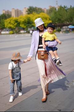 黄圣依拍戏再忙也不忘带娃 单手抱娃显妈妈力