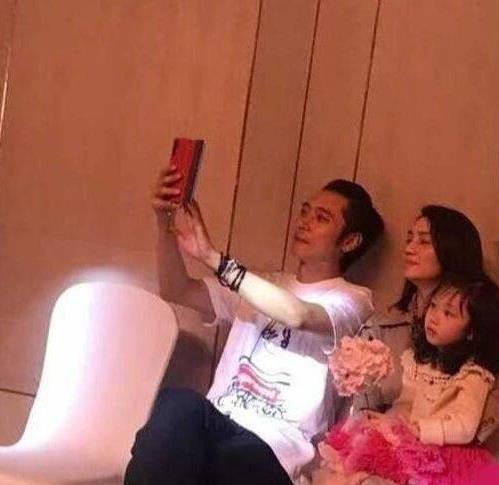 被曝出轨后 张丹峰携洪欣参加婚礼玩自拍