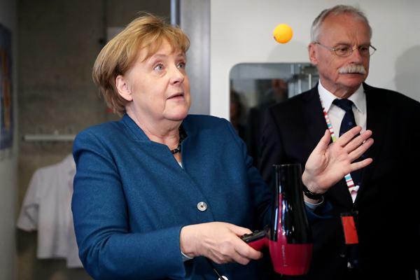 德国总理默克尔造访一大学 做实验惊出表情包
