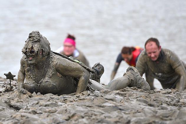 英国泥浆大赛吸引萌妹大叔参加 穿奇装异服趟泥水