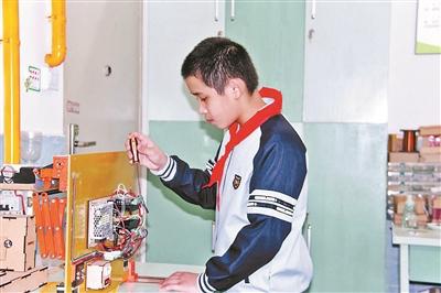 """12岁小学生发明晾衣神器 """"智能晴雨篷""""雨天会自动收回晾衣架"""