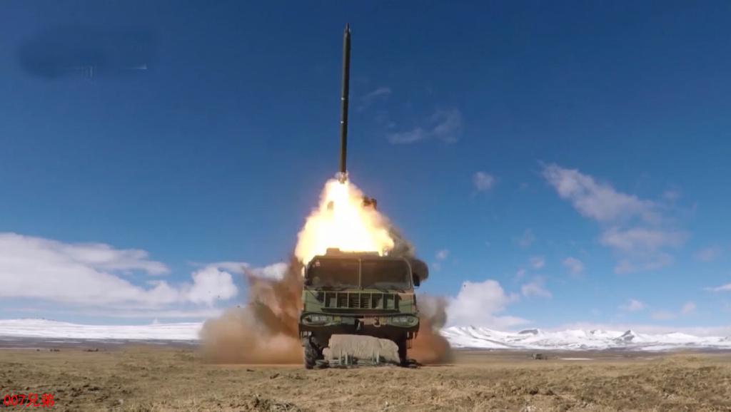 海拔4600米一发命中!西藏军区远程火箭炮发威