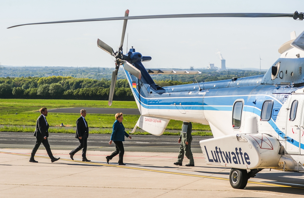 默克尔专机在机场被车撞 无奈乘直升机回柏林