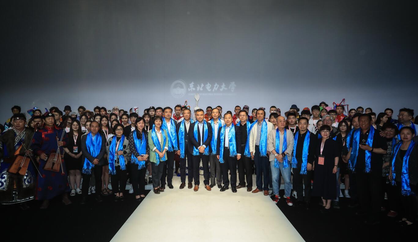 中国设计师!郭尔罗斯 盛装之歌东北电力大学服装专业毕业生作品发布专访!