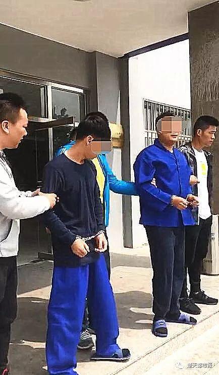 两男子假冒警察查房,说了一句话,一屋子人竟乖乖交出手机!结果令