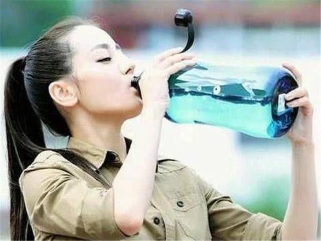 迪丽热巴喝水霸气端瓶,唐嫣喝水用吸管,而赵丽颖喝水不能忍