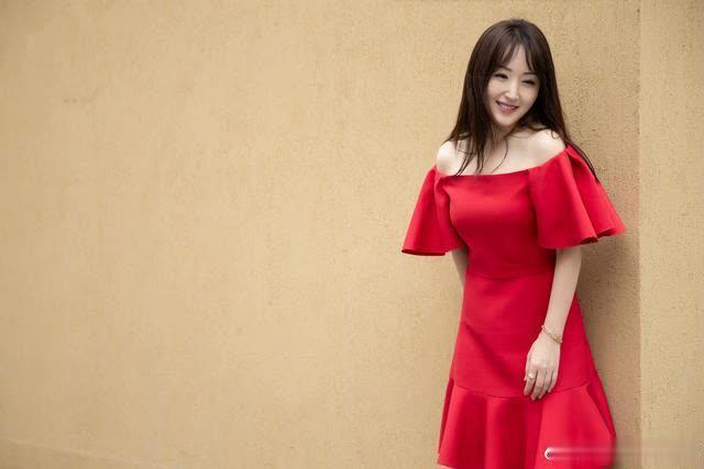 甜歌皇后杨钰莹晒近照,庆祝自己48岁生日,身材纤细像20岁少女