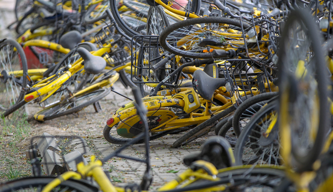 """堪比""""共享单车坟场""""! 郑州这段路上的小黄车成了负担"""