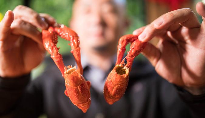 网红店排队要四小时 有人连续21天点小龙虾外卖