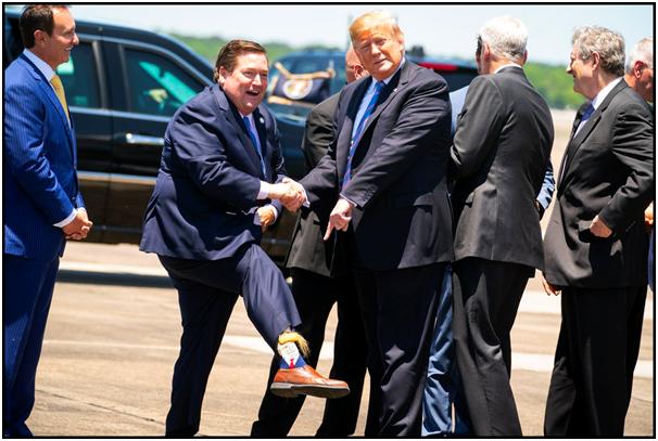 """潮!特朗普前往路易斯安那州演讲,副州长穿""""特朗普袜""""迎接"""