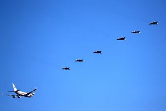 普京乘專機視察國家試飛中心 6架蘇57為其護航