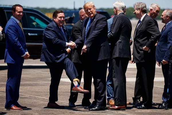 """特朗普赴路易斯安那州演讲,副州长穿""""特朗普袜""""迎接"""