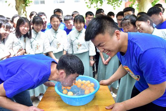 石家庄一高中举行吹乒乓球比赛:快乐减压 迎接高考