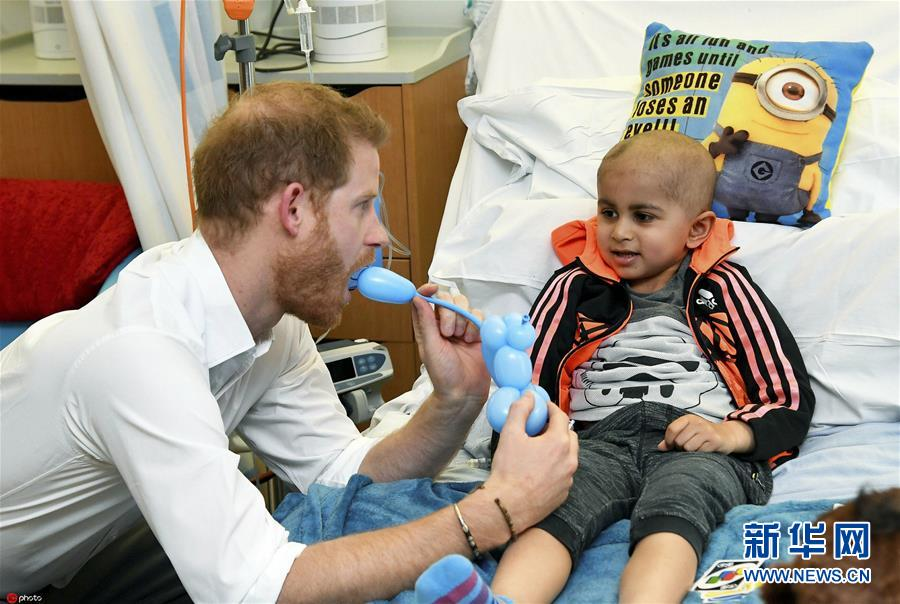 【奶爸】新晋奶爸哈里王子访儿童医院 陪患儿玩耍