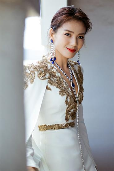 刘涛前往戛纳红毯 白色深v高开叉礼服优雅性感