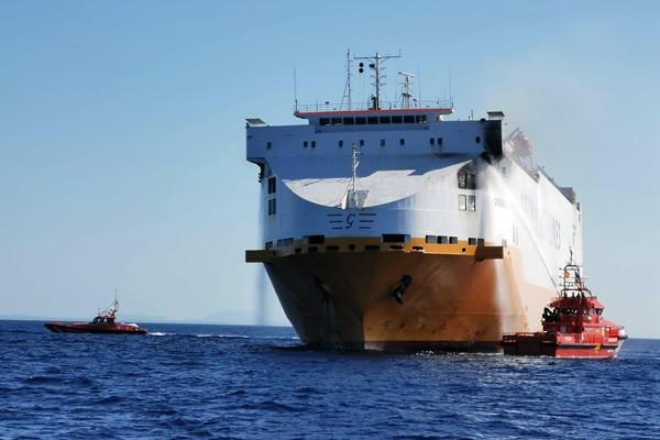 西班牙马略卡岛附近一艘货船着火 疏散14名船员