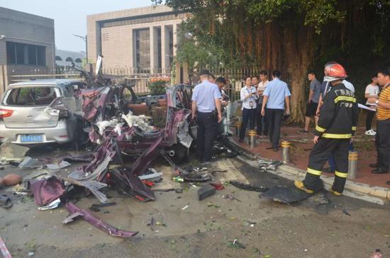 商贩学校门前卖氢气球 突然爆炸小车变成废铁